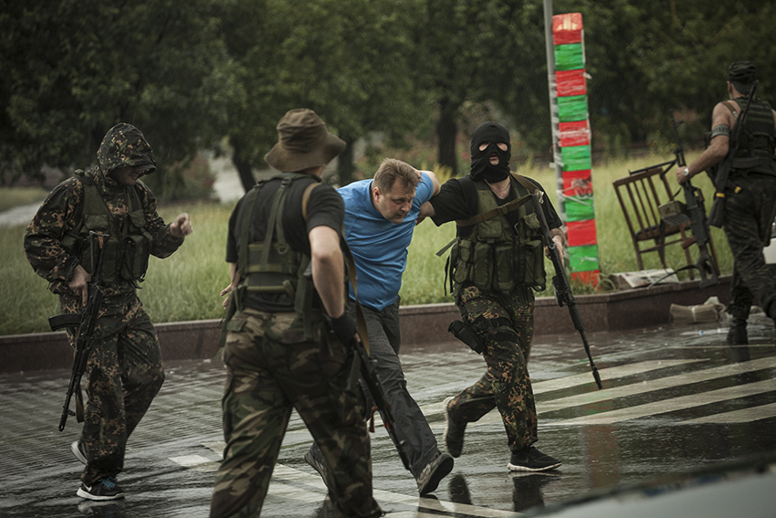 The Vostok battalion carrying out an arrest near the Rada, in what became a common sight that contributed to a significant deterioration of the atmosphere in Donetsk, which was also placed under night-time curfew by the militias.