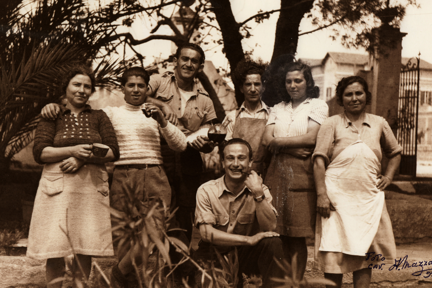 A group of Jewish volunteers and locals seen in Villa Filograna in Santa Maria al Bagno, which was used as a canteen and a recreational centre. (From the collection of Paolo Pisacane)