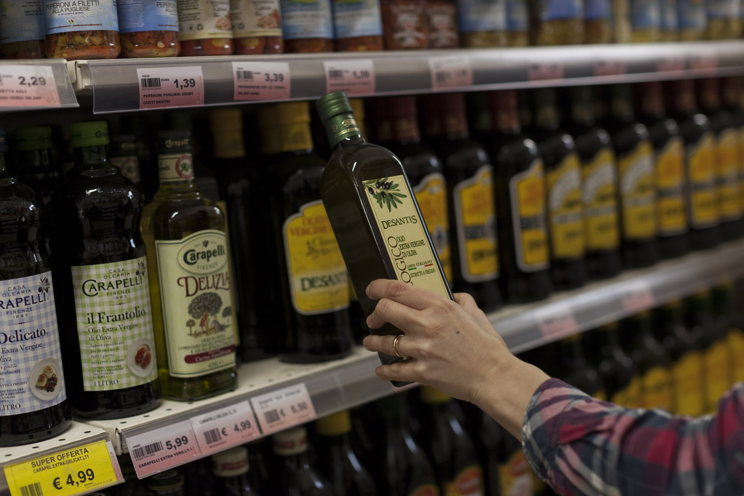 Buying olive oil in a supermarket in the province of Bari. While the fair price for a litre of olive oil is about 10-12 euros per litre, supermarkets routinely sell at a fraction of that price, posing serious questions on the financial sustainability of the olive oil sector. (2018)
