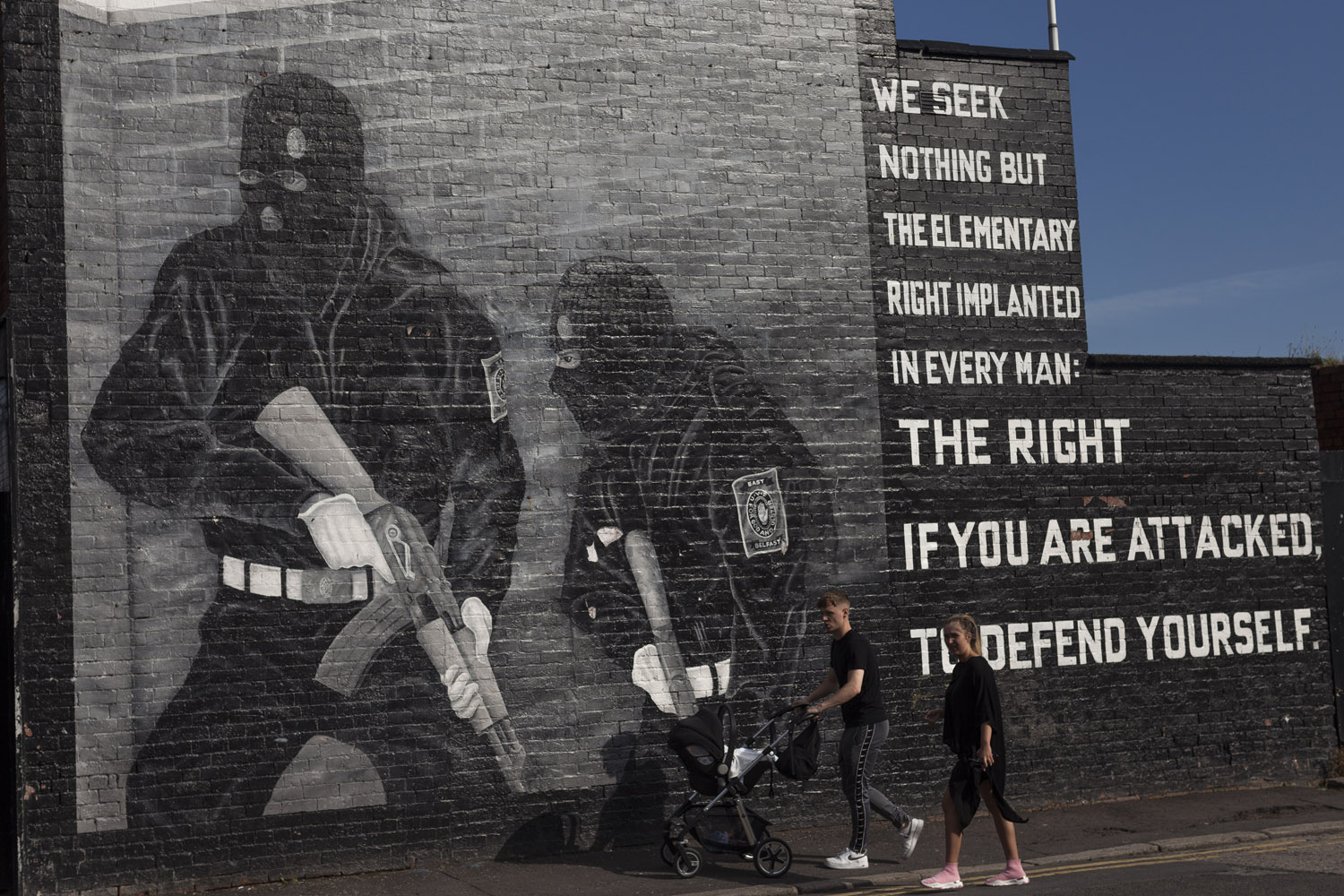 Shankill Road, the heart of the Protestant community in West Belfast, which is traditionally regarded as the Catholic part of the city. Political murals can be seen everywhere in the city, and although they almost always depict the paramilitaries as they are engaged in open fighting against the enemy, a large part of their activities actually consisted of robberies, extortion, intimidation, killings and attacks against members of the opposite community, aimed at terrorizing it and dissuading the respective paramilitary organizations from continuing to fight, in a spiral of violence whose traumas are still evident in the people of Northern Ireland.